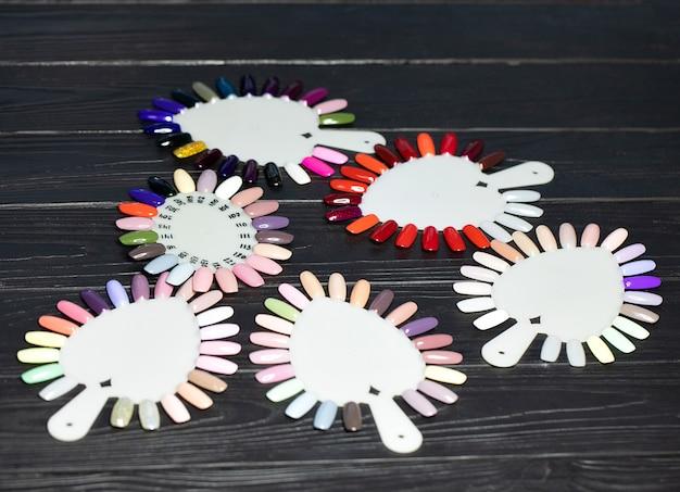 Stół pełen przyborów do manicure, narzędzi do manicure, kolorów lakieru do paznokci na palecie. akcesoria do paznokci.