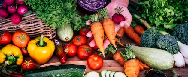 Stół pełen świeżych warzyw