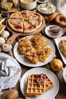 Stół pod wysokim kątem, pełen jedzenia