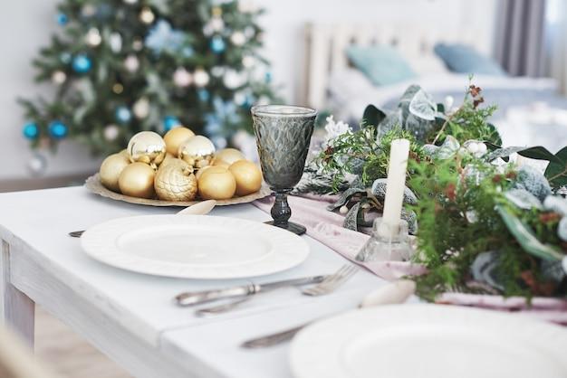 Stół podany na świąteczny obiad w salonie, widok z bliska