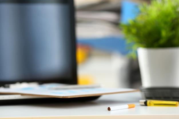 Stół, praca, papieros, dym zapalniczka przerwa uzależnienie nawyk styl życia laptop