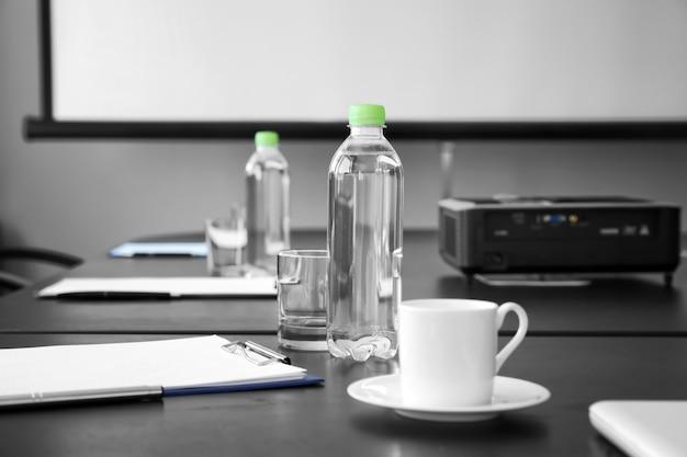 Stół przygotowany na spotkanie biznesowe w biurze