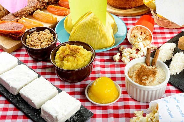 Stół przygotowany na tradycyjną imprezę - festa junina.