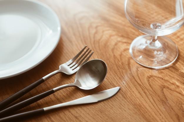 Stół restauracyjny ze sztućcami