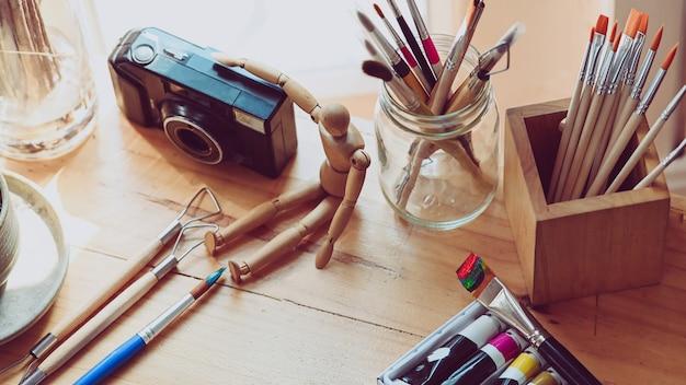 Stół roboczy artysty z akcesoriami. biurko graficzne.