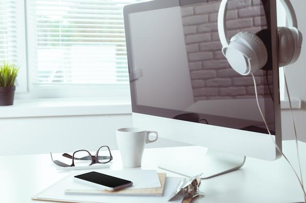 Stół Roboczy Z Komputerem Premium Zdjęcia