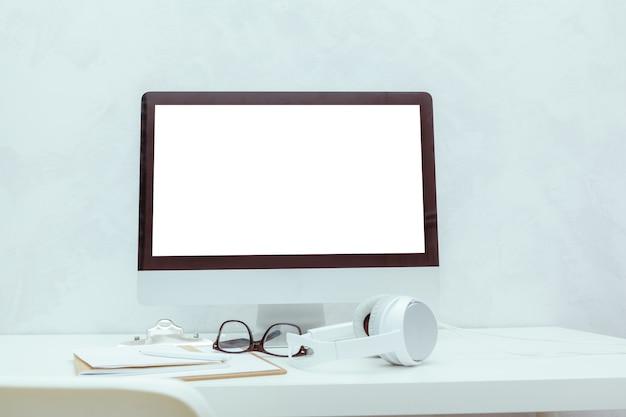 Stół roboczy z komputerem