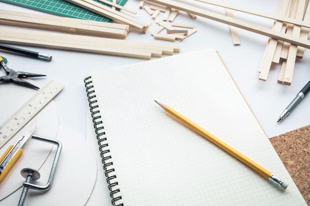 Stół roboczy z materiału z balsy