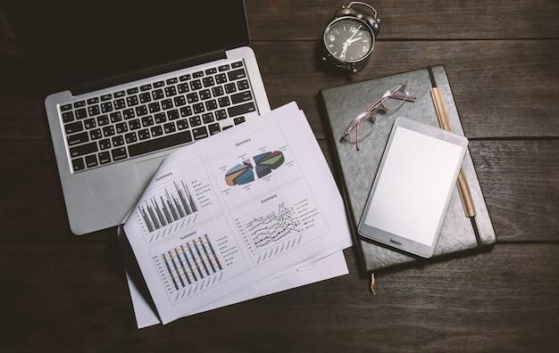 Stół roboczy z raportem i laptop