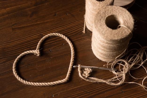 Stół rzemieślniczki na szydełku z juty szydełko i serce z nici