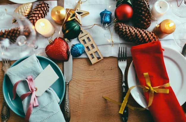 Stół serwowany na świąteczny obiad w salonie. widok z bliska, ustawienie stołu. dekoracje zimowe.