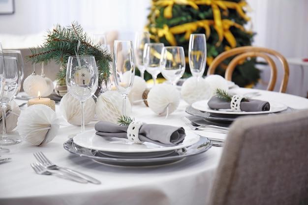 Stół serwowany na świąteczny obiad w salonie, widok z bliska