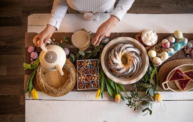 Stół śniadaniowy lub brunch pełen zdrowych składników na pyszny posiłek wielkanocny z przyjaciółmi i rodziną przy stole.