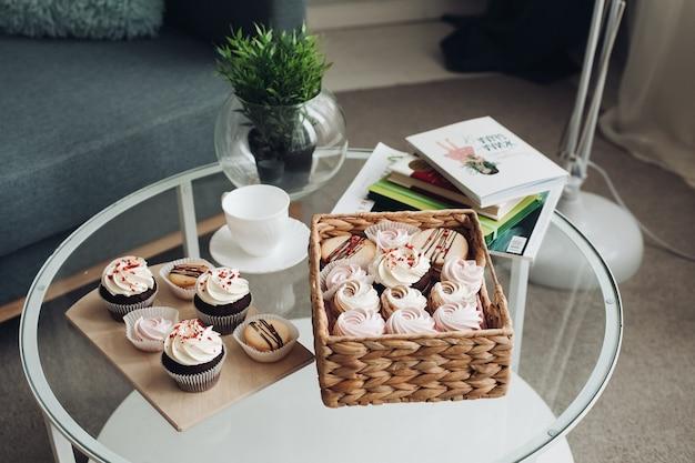 Stół śniadaniowy z filiżanką kawy, słodyczami, piankami i ciasteczkami