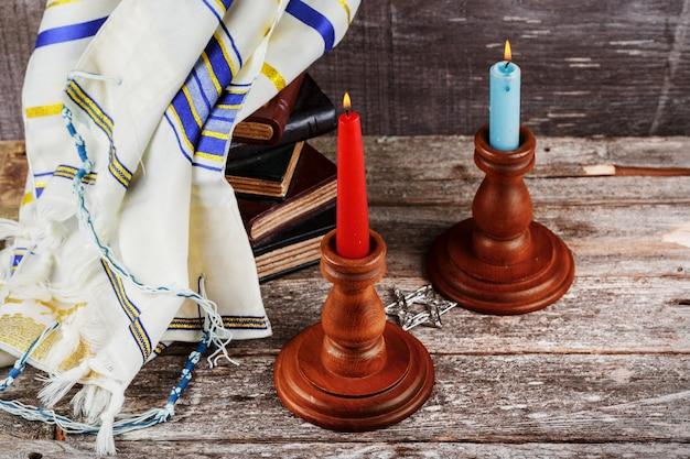 Stół szabatowy z przykrytymi świecami