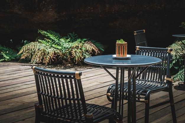 Stół ustawiony w lesie z promieni słonecznych