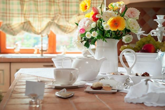Stół w kuchni z naczyniami