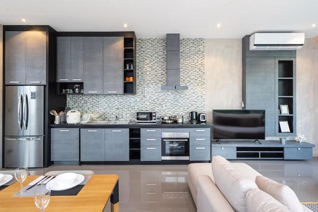 Stół w otwartej kuchni w pełni wyposażony aneks kuchenny