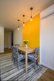 Stół w przytulnej, dobrze zaprojektowanej jadalni