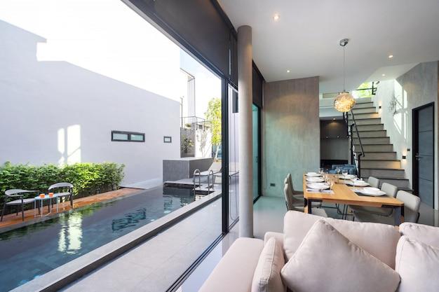 Stół w stylu loftu i otwarta przestrzeń na dostęp do basenu