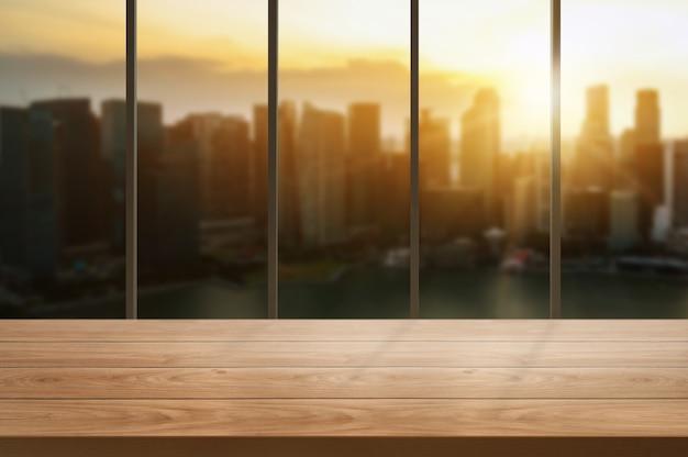 Stół w tle miasta nowoczesnego biura z pustą przestrzenią do kopiowania na stole do makiety wyświetlania produktów.