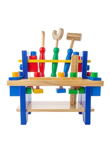 Stół warsztatowy z narzędziami. materiał to drewno. zabawka edukacyjna montessori. białe tło. zbliżenie.