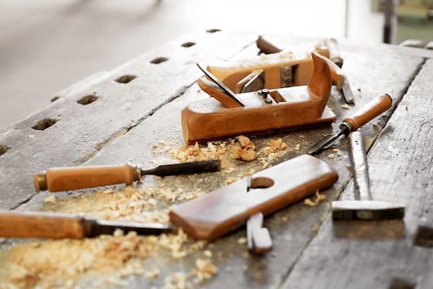 Stół warsztatowy z narzędziami w warsztacie do obróbki drewna