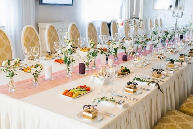 Stół weselny bankietowy w restauracji lub kawiarni w beżowych i brązowych kolorach. porcja