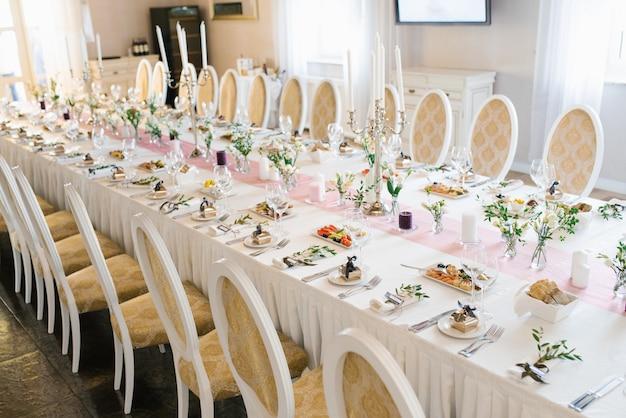 Stół weselny bankietowy w restauracji lub kawiarni w beżowych i brązowych kolorach