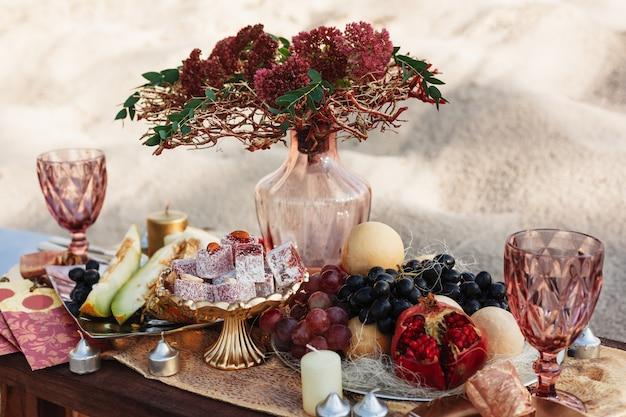Stół weselny z przezroczystym wazonem na owoce i słodycze