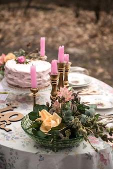 Stół weselny ze świecami i zbliżeniem ciasta