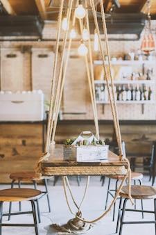 Stół wiszący jako meble w kawiarni