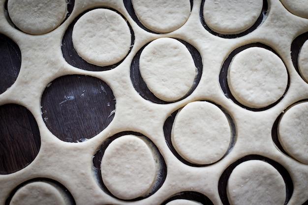 Stół z domowymi pączkami podczas procesu