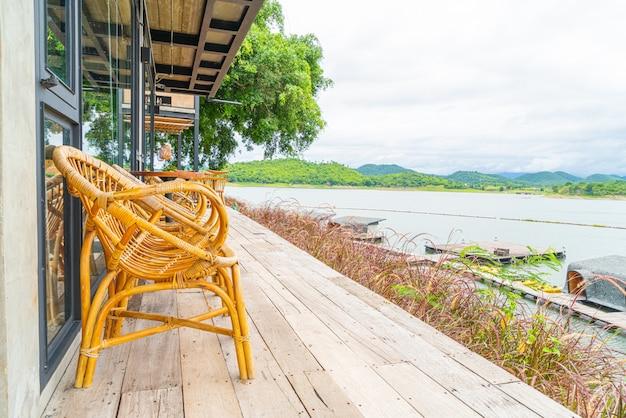 Stół z drewna i krzesło w kawiarni restauracji