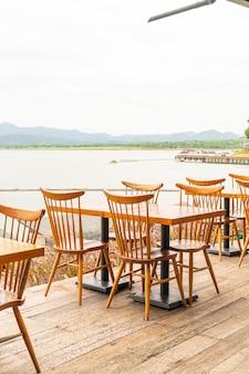 Stół z drewna i krzesło w restauracji kawiarni