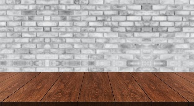Stół z drewna przed rustykalnym murem rozmycie tła z pustą przestrzenią na stole.