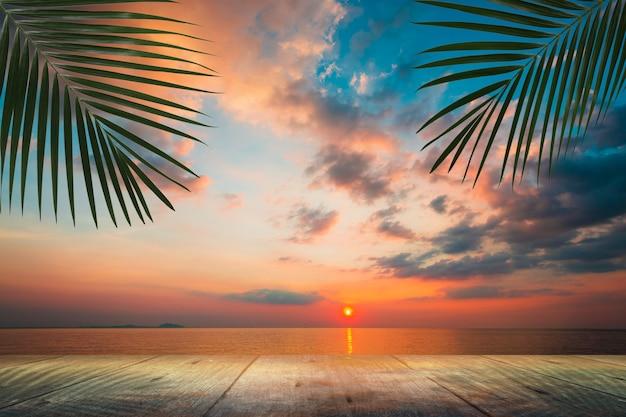 Stół z drewna pusty z zachodem słońca piękne niebo na plaży, miejsce na kopię