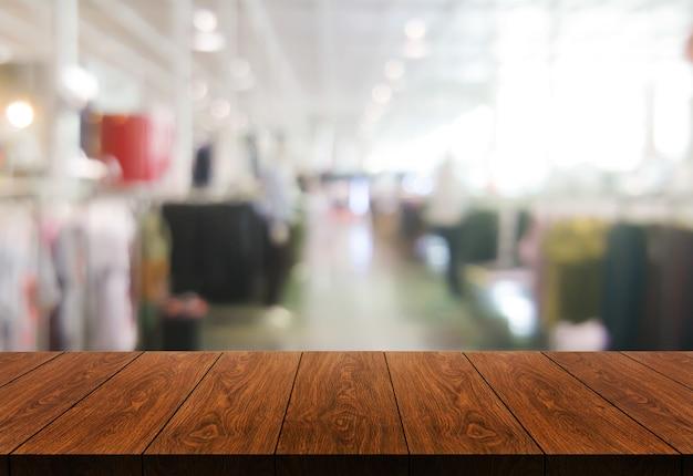 Stół z drewna w centrum handlowym lub domu towarowym rozmycie tła