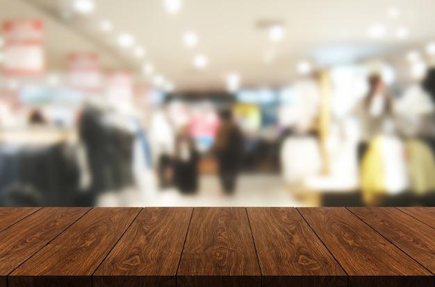 Stół z drewna w centrum handlowym lub domu towarowym rozmycie z pustym miejscem na kopię na stole.