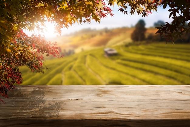 Stół z drewna w krajobrazie jesiennym z pustą przestrzenią do wyświetlania produktów