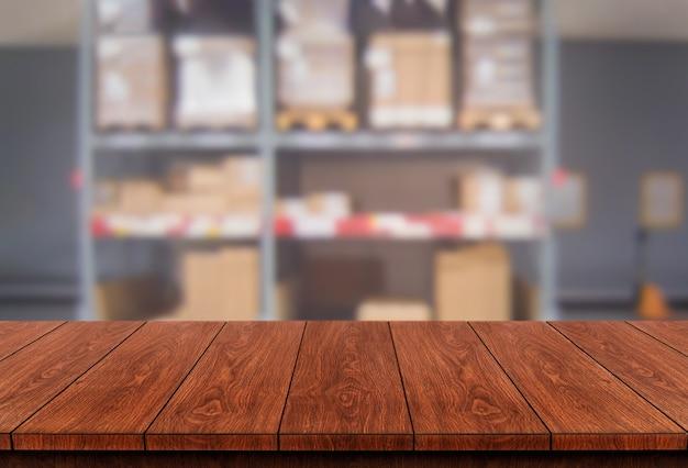 Stół z drewna w magazynie rozmycie tła z pustym miejscem na kopię na stole do wyświetlania produktów.