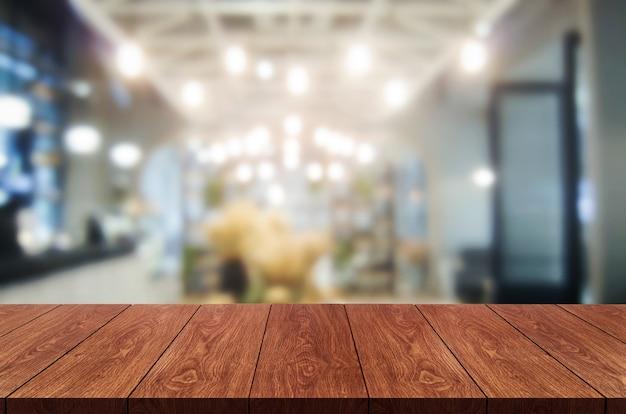 Stół z drewna w rozmytym tle nowoczesnej restauracji lub kawiarni do wyświetlania produktów