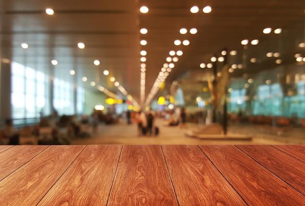Stół z drewna w sali konferencyjnej z pustym miejscem na kopię do wyświetlania produktów.