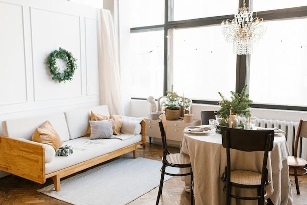 Stół z drewnianymi krzesłami udekorowany i podany na świąteczny obiad