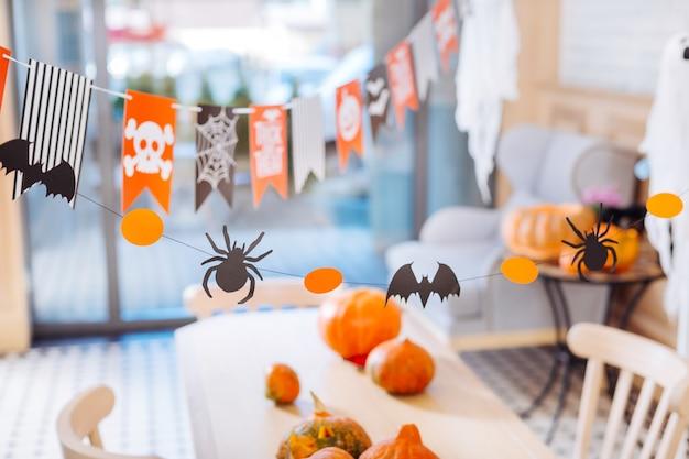 Stół z dyniami. widok z góry na stół do świętowania z ładnymi niesamowitymi rzeźbionymi dyniami na imprezę halloween w domu