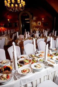 Stół z jedzeniem przed bankietem. gotowa dla gości sala.