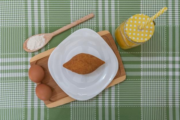Stół z kilkoma brazylijskimi przekąskami