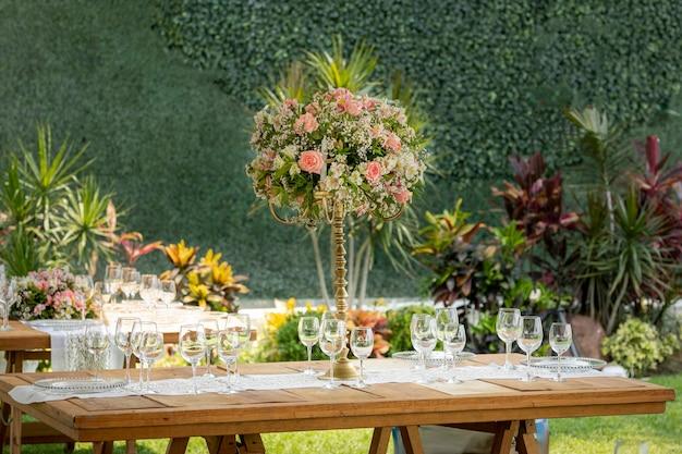 Stół z kompozycją kwiatową i zastawą na imprezie towarzyskiej w event garden
