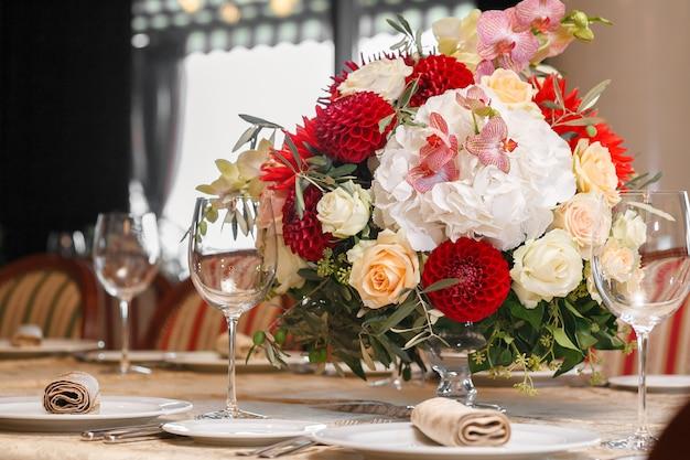 Stół z kwiatami serwowany jest świąteczny obiad w restauracji