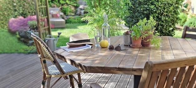 Stół z napojem i jabłkiem na drewnianym tarasie w wiejskim domu do wypoczynku